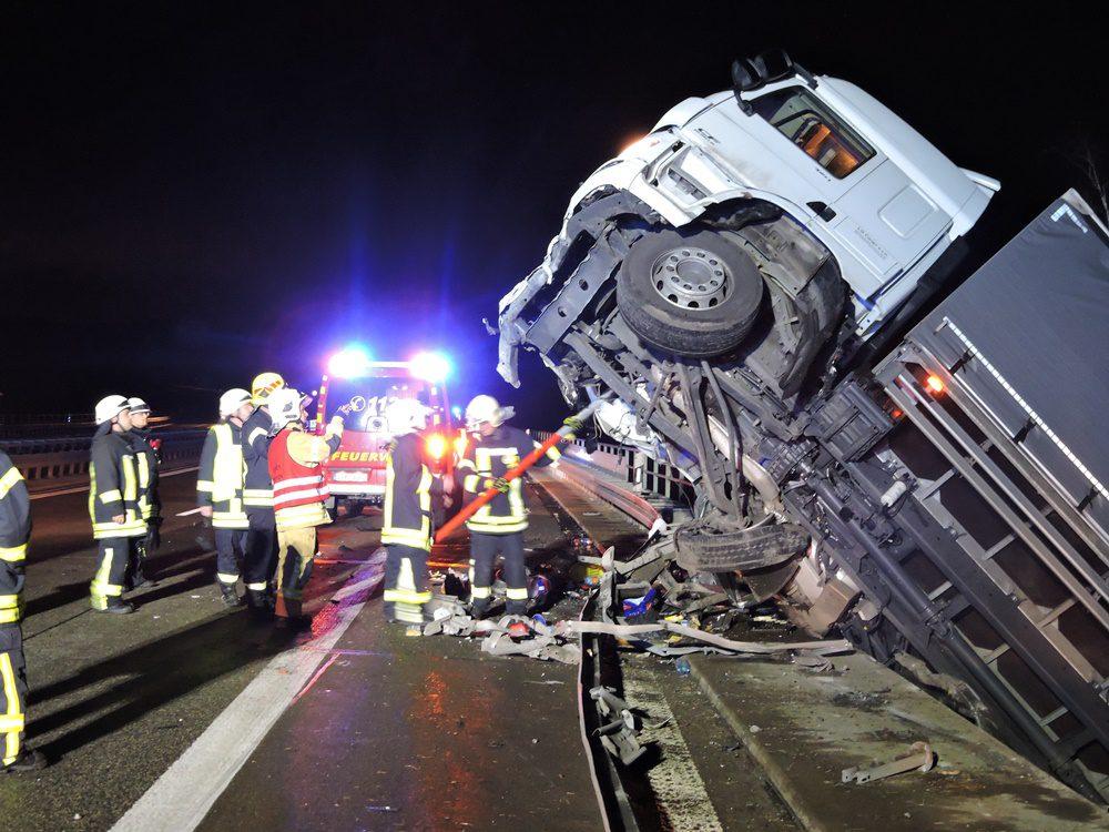 Schwerer Unfall Auf A14 Backwaren Lkw Von Brücke Gestürzt